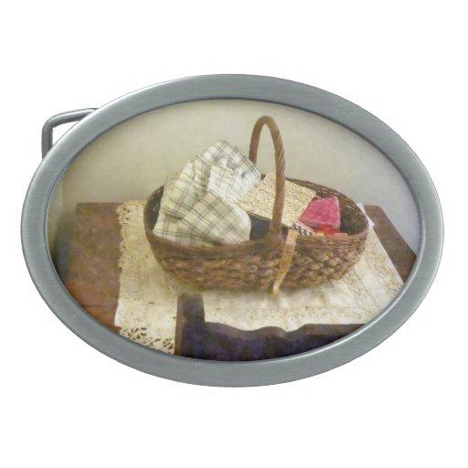 Cesta con el paño y la cinta métrica hebilla de cinturón oval