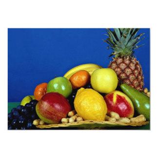 Cesta con las frutas coloridas en fondo azul anuncios personalizados