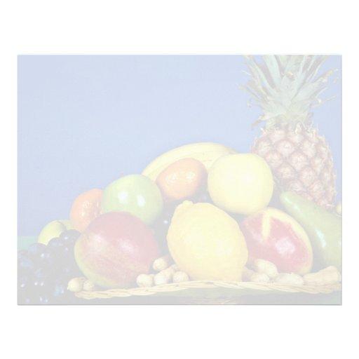 Cesta con las frutas coloridas en fondo azul membrete personalizado