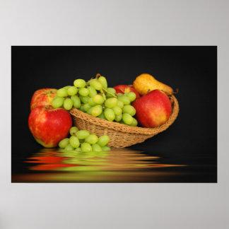Cesta con las frutas por encima de la superficie e posters