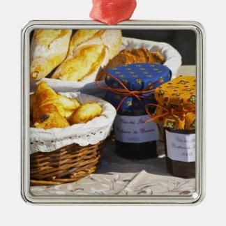 Cesta con los croissants y los panes del chocolate adorno cuadrado plateado
