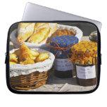 Cesta con los croissants y los panes del chocolate fundas ordendadores