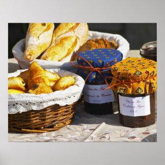 Cesta con los croissants y los panes del chocolate posters