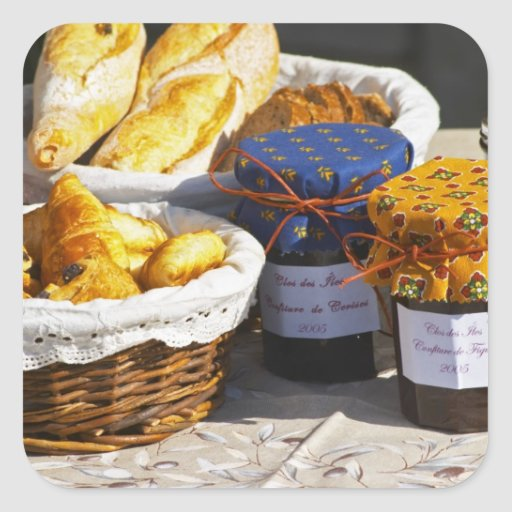 Cesta con los croissants y los panes del chocolate calcomania cuadradas personalizada