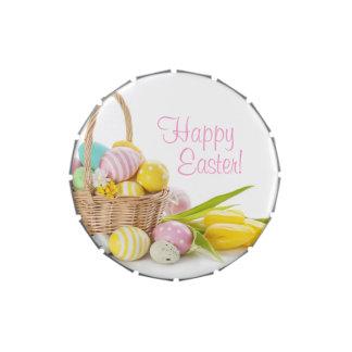 Cesta con los huevos de Pascua en el fondo blanco Latas De Caramelos