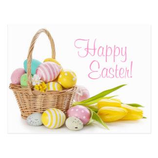 Cesta con los huevos de Pascua en el fondo blanco Tarjeta Postal