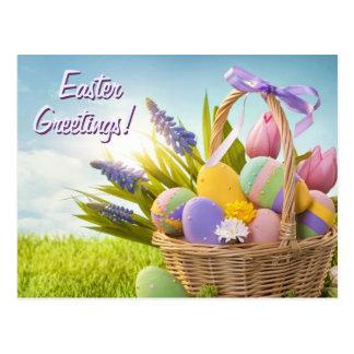 Cesta con los huevos de Pascua en hierba verde Postales