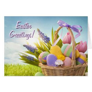 Cesta con los huevos de Pascua en hierba verde Tarjeta De Felicitación