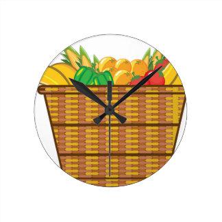 Cesta con vector de las frutas y verduras reloj redondo mediano