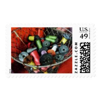 Cesta de alambre con el hilo sellos postales
