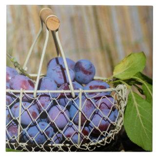 Cesta de ciruelos púrpuras azulejo cuadrado grande