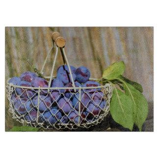 Cesta de ciruelos púrpuras de cristal tablas para cortar
