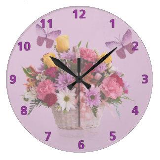 Cesta de flores y de mariposas reloj redondo grande