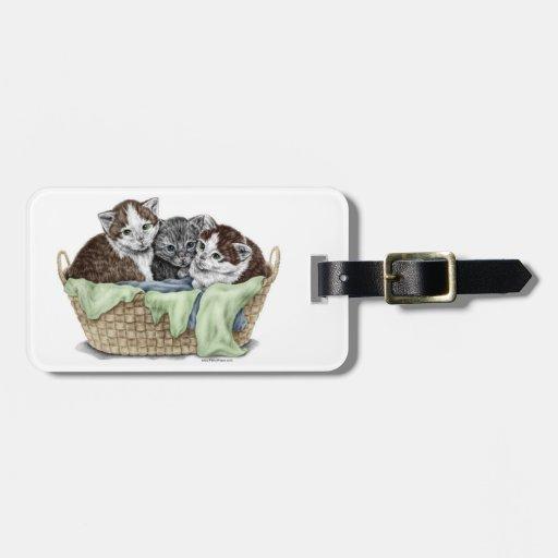 Cesta de gatitos etiquetas maletas
