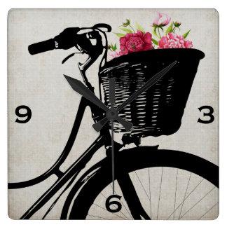 Cesta de la bicicleta con el reloj de pared de los