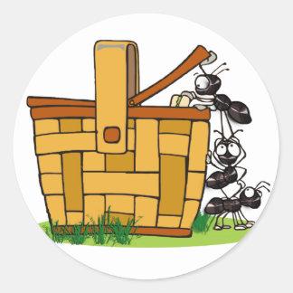 Cesta de la comida campestre de la hormiga etiqueta redonda