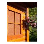 Cesta de la ventana y de la flor postal
