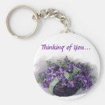 Cesta de las violetas del vintage llaveros