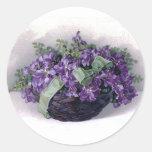 Cesta de las violetas del vintage pegatina redonda