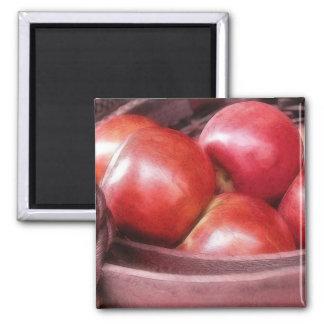 Cesta de manzanas rojas maduras imán cuadrado