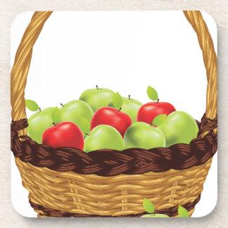 Cesta de manzanas rojas y verdes posavasos de bebidas
