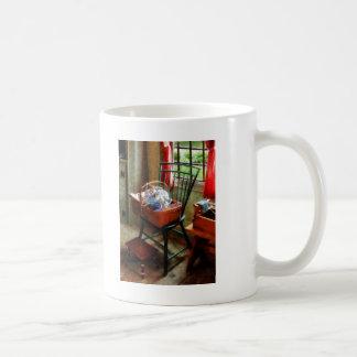 Cesta de paño y de hilado en silla taza