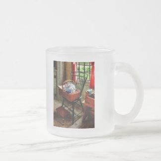 Cesta de paño y de hilado en silla taza de cristal