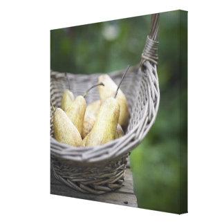 Cesta de peras recientemente escogidas impresión en lona estirada