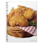 Cesta de pollo frito libros de apuntes