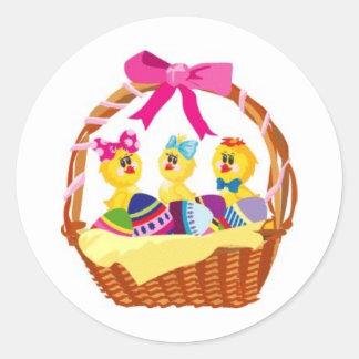 Cesta de polluelos y de huevos coloridos etiquetas redondas
