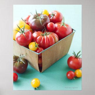 Cesta de tomates de la herencia póster