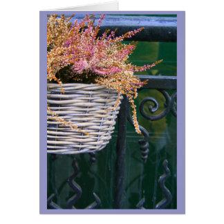 cesta en la cerca tarjeta pequeña