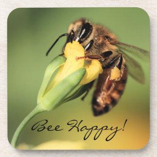 Cesta feliz del polen de la abeja del primer en la posavasos