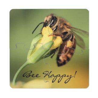 Cesta feliz del polen de la abeja del primer en la posavasos de puzzle