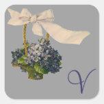 Cesta floral del vintage con monograma calcomanía cuadrada