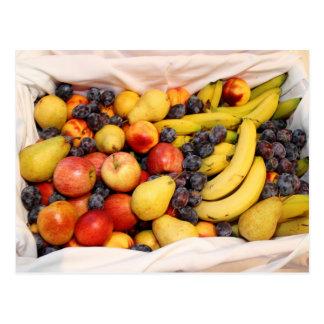 Cesta por completo de frutas tarjetas postales