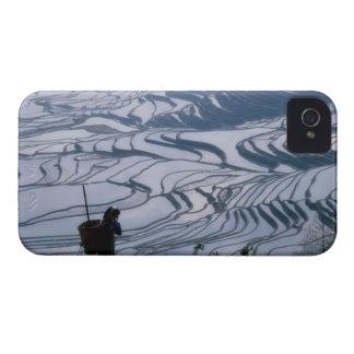 Cesta que lleva del chica de Hani con la terraza d iPhone 4 Case-Mate Protectores