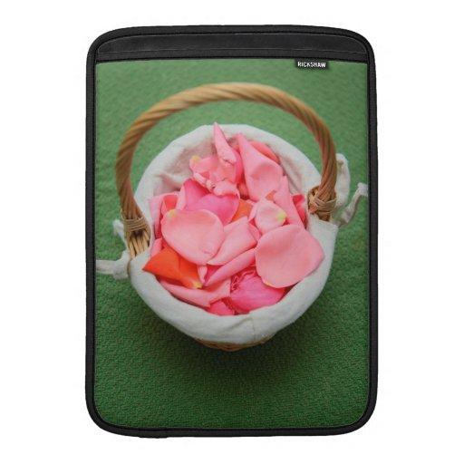Cesta rosada de los pétalos color de rosa fundas MacBook