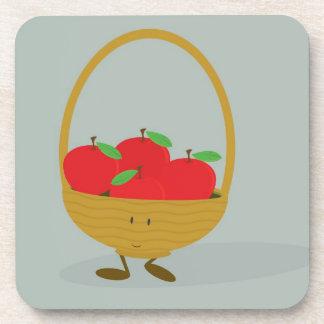 Cesta sonriente llenada de las manzanas posavasos