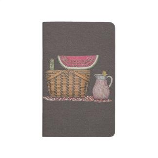 Cesta y sandía de la comida campestre cuadernos grapados