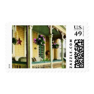 Cestas colgantes en el pórtico timbre postal