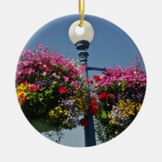 Cestas colgantes famosas de la flor de Victoria Adorno Redondo De Cerámica
