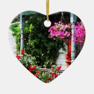 Cestas colgantes y rosas que suben adorno de cerámica en forma de corazón