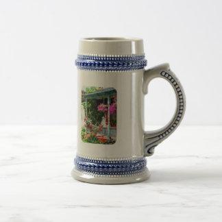 Cestas colgantes y rosas que suben taza de café