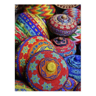 Cestas coloridas hechas de gotas plásticas colorea postal