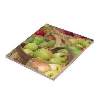 Cestas de Apple en la baldosa cerámica del mercado Tejas