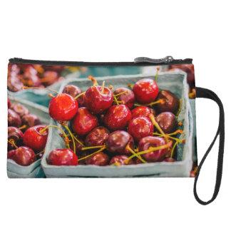 Cestas de cerezas frescas en el mercado de los
