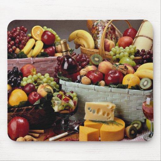 Cestas de fruta, fruta mezclada y quesos tapetes de ratones