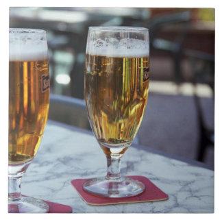 Chablis; dos cervezas frescas en 42 grados de vera azulejo cuadrado grande