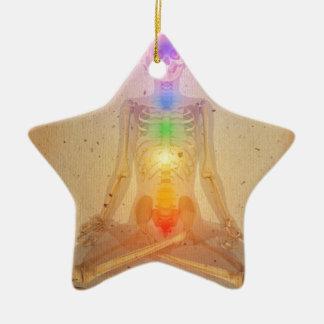 Chakras sobre un cuerpo humano adorno de cerámica en forma de estrella